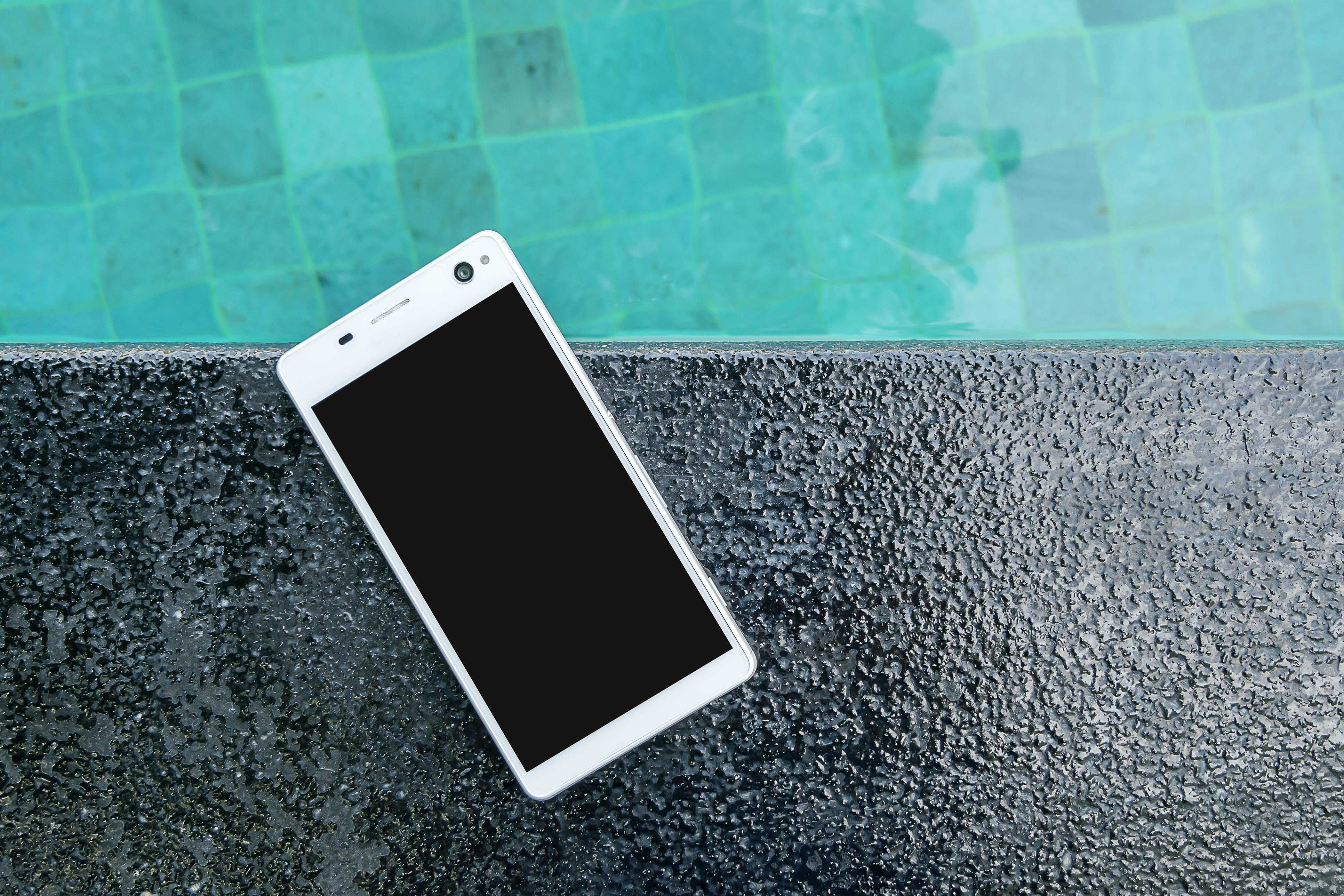 Smartphone piscine - Blog SFAM