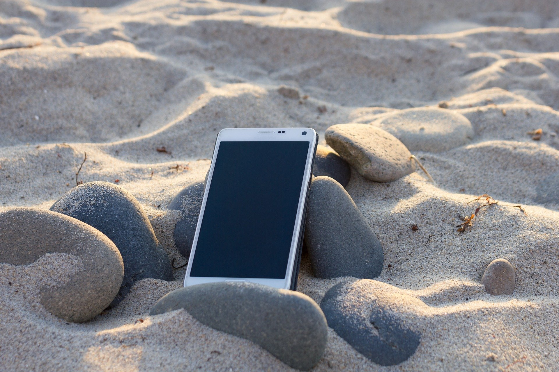 protéger smartphone plage - Blog SFAM